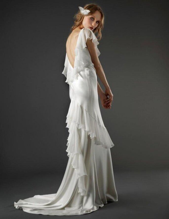 vestido de novia romántico con escote en la espalda, cauda mediana y volados - Foto Elizabeth Fillmore