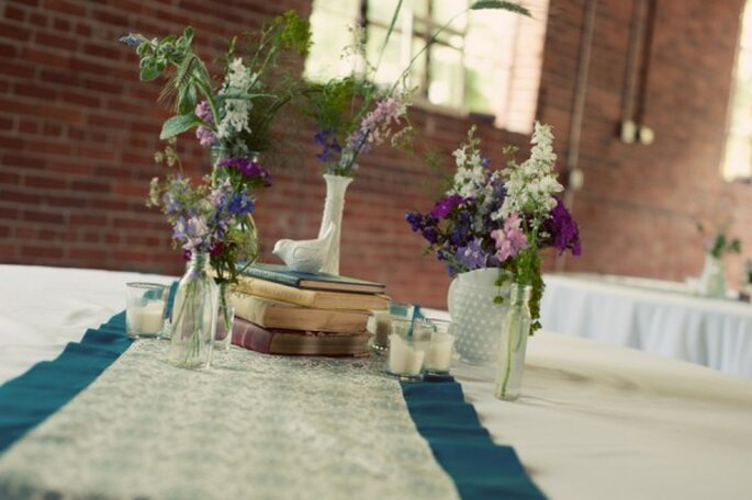 Decoración de boda con botellas avejentadas - Foto LeahAndMark.com