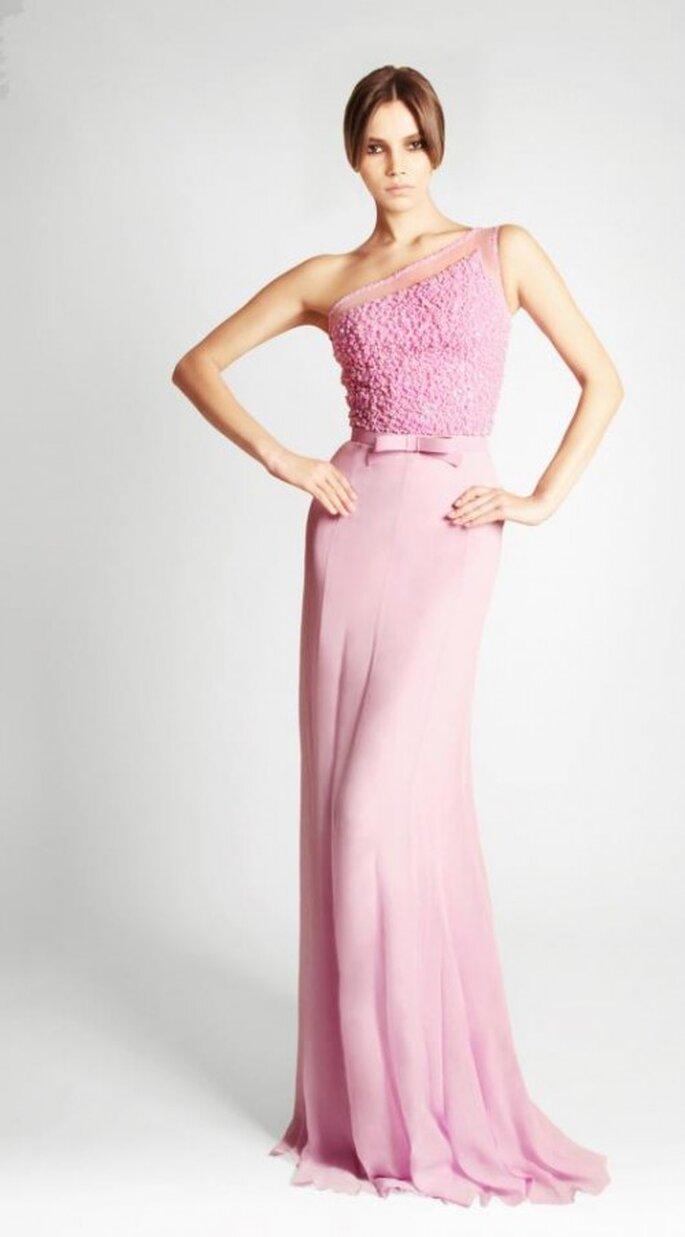 Vestido de novia largo con un sólo hombro en color rosa pastel - Foto Georges Hobeika