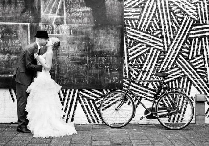 Besos cómplices de boda. Foto: Sónia Arrepia - Sweet Lemon