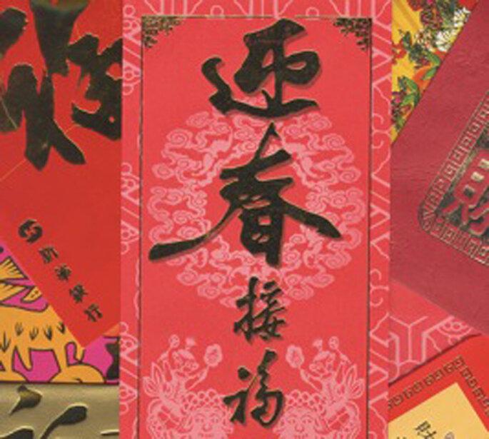 Buste Rosse per cerimonie speciali prodotte a Hong Kong, cortesia di Wikipedia