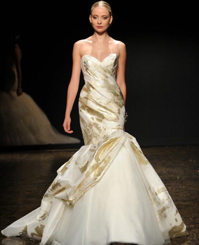 Vestido de novia corte sirena con detalles estampados en color oro - Foto Lazaro