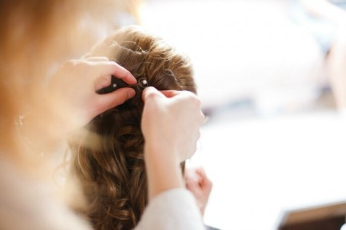 Ein Profi kann mit Hilfe von zusätzlichen Haarteilen kunstvolle Haarkreationen vollbringen – Foto: 2Rings Trouwfoto