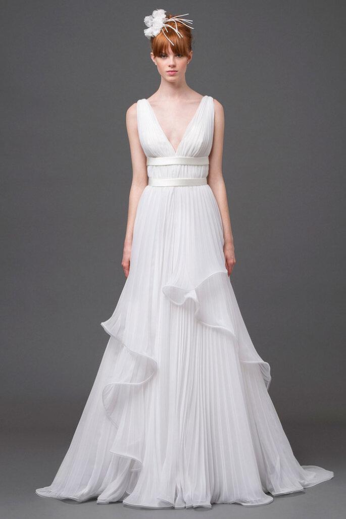 Vestido de novia con elegante cuello uve y volúmenes contrastados en una falda preciosa - Foto Alberta Ferretti