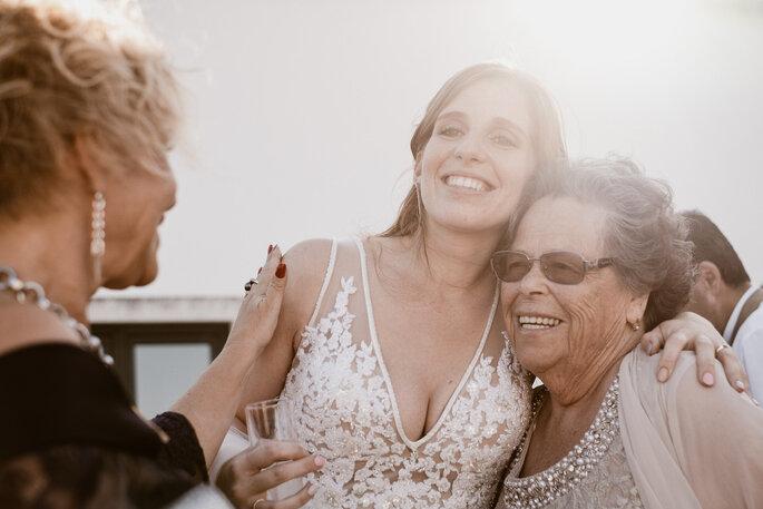 noiva abraça avó casamento convidadas e noiva