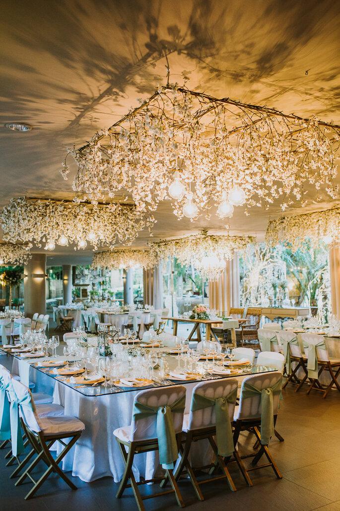 decoração sala casamento com arranjos suspensos tons dourados e brancos