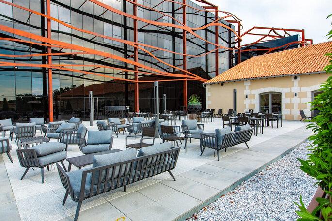 Une terrasse design où organiser votre vin d'honneur ou votre cocktail en plein air lors de votre mariage