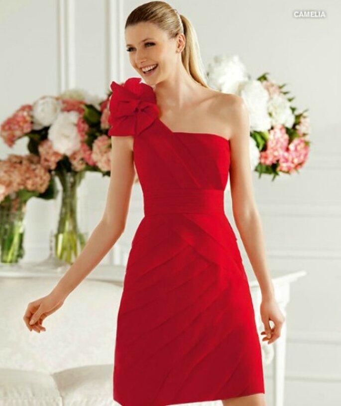 Abito corto rosso con rosa in tessuto sulla spalla e fascia in vita. Pronovias Collezione 2013