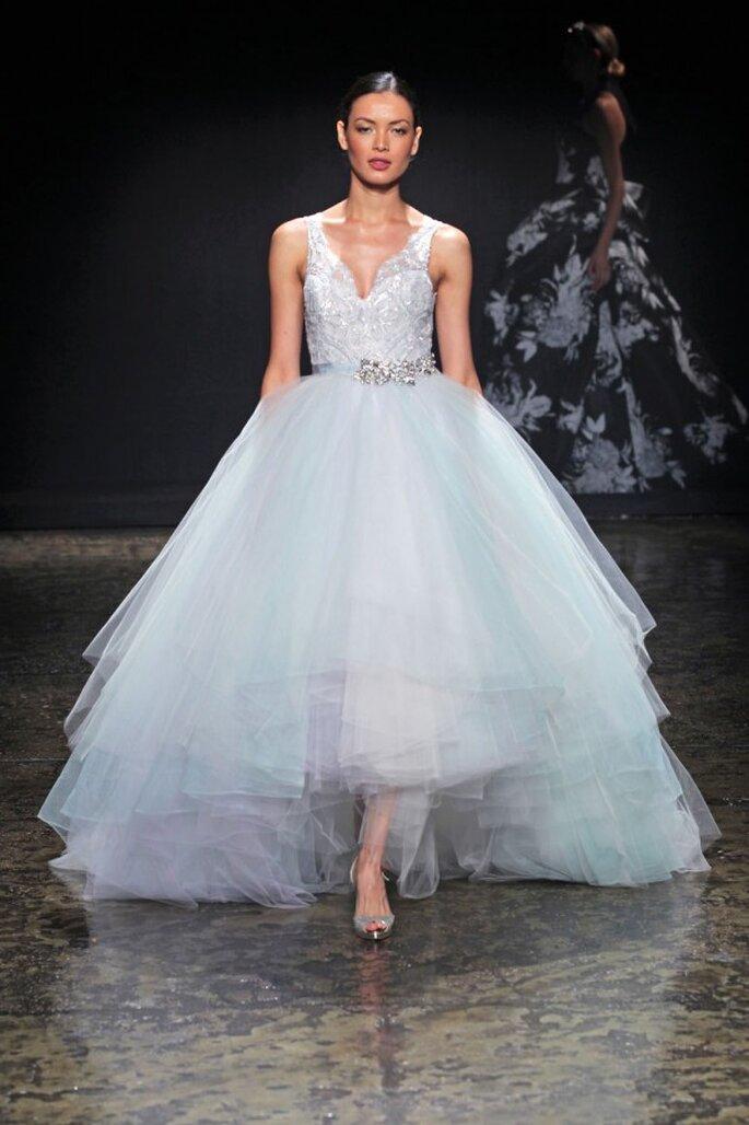 Vestido de novia con falda high low en tul y detalles en color azul cielo - Foto Lazaro