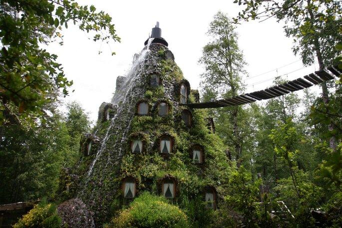 Quel drôle d'hôtel, coincé dans une montagne...Crédit : Hotel Montaña Magica