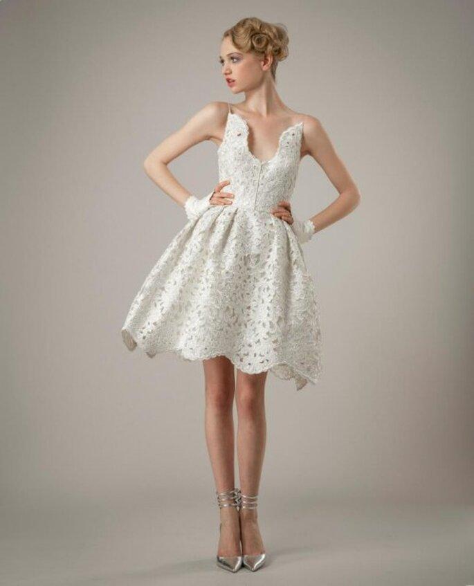 Vestido de novia corto para boda civil con falda amplia - Foto Elizabeth Fillmore