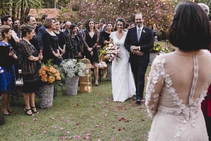 Buquê de noiva na altura do quadril