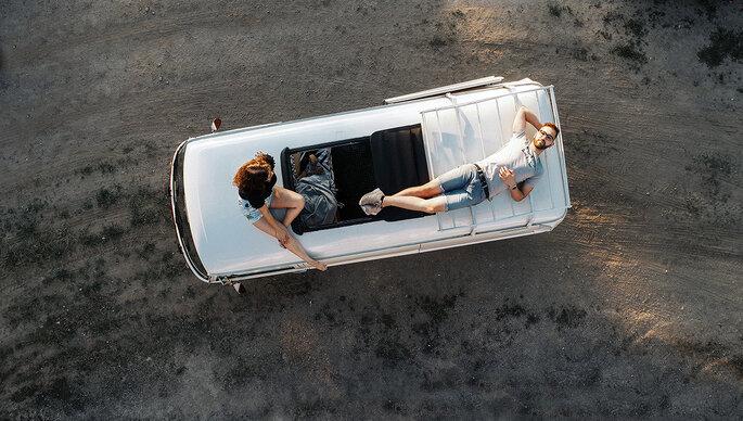 casal num carro vista de cima