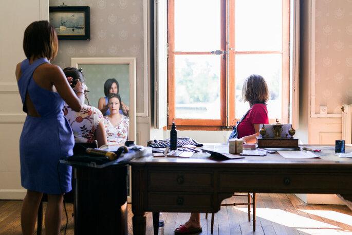 Les préparatifs de la mariée par une équipe professionnelle, dans un château