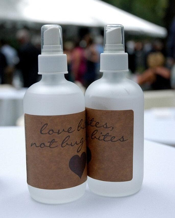 Repelente de insectos para invitados. Foto vía Bottleyourbrand.com