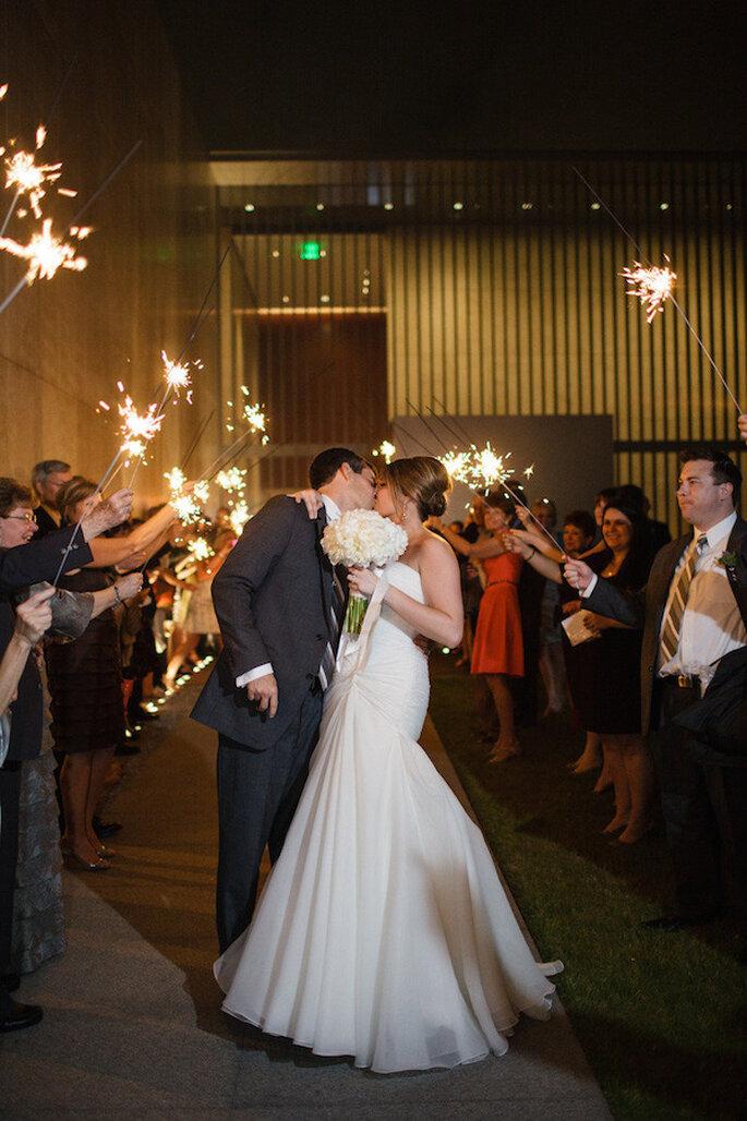 Luces de bengala en tu boda - Foto Archetype Studio Inc.