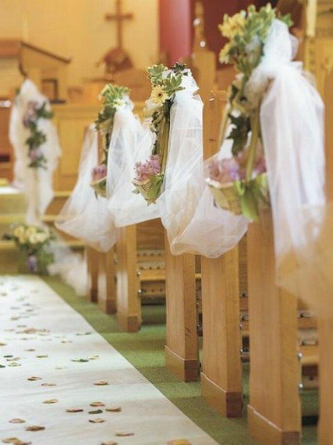 Elegante decoración de iglesia con cintas y flores