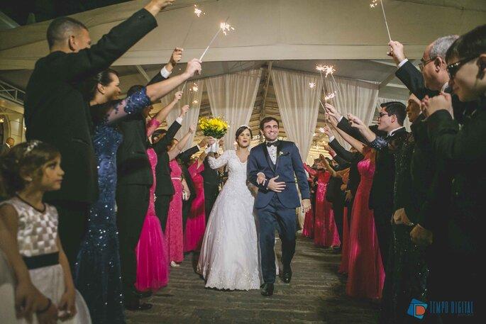 Saída dos noivos com sparklers