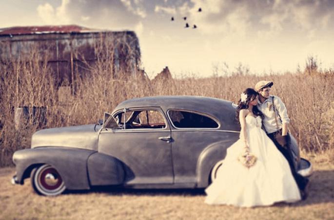 Usa tu coche de época para una boda con estilo vintage - Foto Three Nails en Style Me Pretty