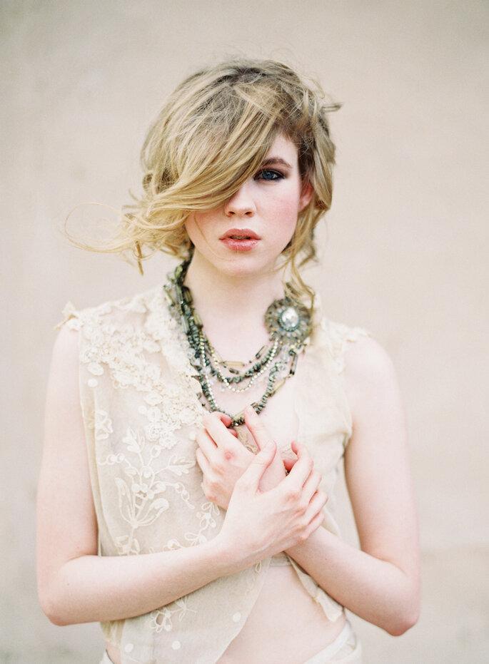 Créditos: Kurt Boomer El tono nude y del vestido, el bordado y escote caen súper con el collar vintage escogido