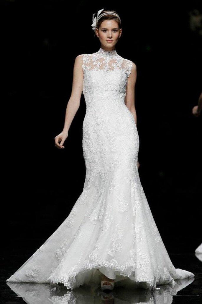 Vestido de novia corte sirena con escote de encaje y mangas cortas - Foto Pronovias