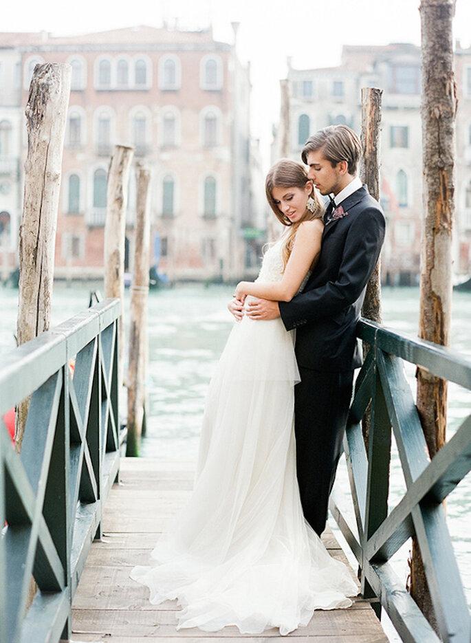 Máxima elegancia para tu boda con un halo de romance - Foto Heather Waraksa