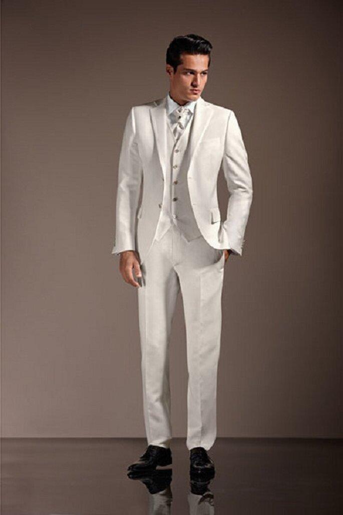 Lo sposo in bianco: scelta ardua, ma possibile se la sposa sceglie il colore e non la tradizione. Foto: marchiabbigliamento.it