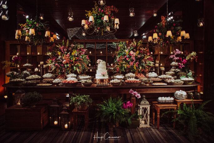 Mesa do bolo e dos doces com decoração romântica