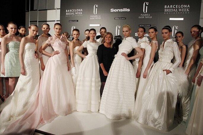 Rosa Clará junto a todas las modelos del desfile en el 'backstage'. Foto: Barcelona Bridal Week.