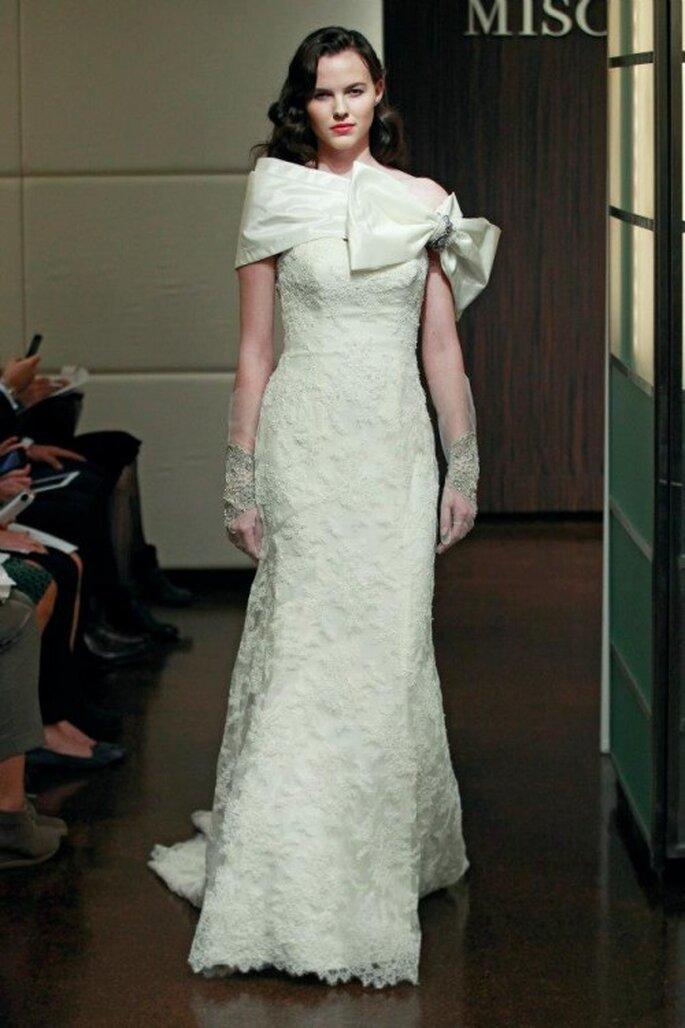 Vestido de novia otoño 2013 con detalle de moño extralargo en el pecho - Foto Badgley Mischka