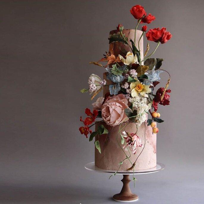 Hochzeitstorte mit großen Blüten als Deko