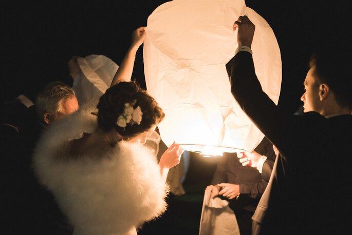 Des mariés lâchent une lanterne volante