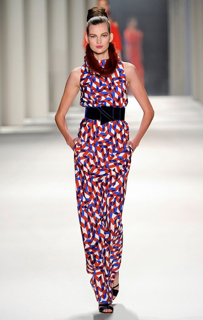 Vestido largo con estampado en zigzag con cuello de marta cibelina color cereza. Foto: www.carolinaherrera.com