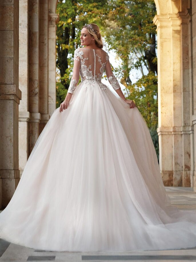 Vestido de novia con escote ilusión en la espada con bordados florales