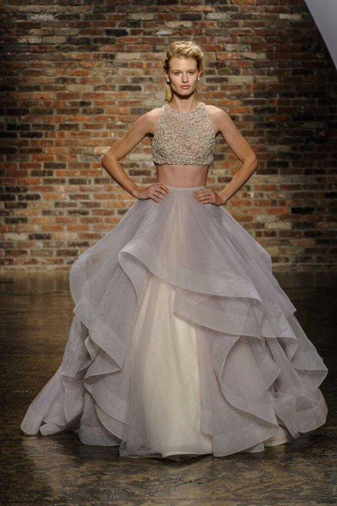 Vestido de novia con falda voluminosa y crop top en color oro - Foto Hailey Paige