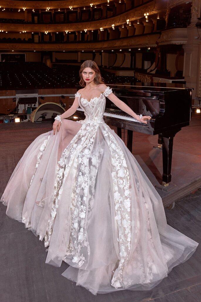 Vestido de novia corte princesa con encaje y aberturas en la falda