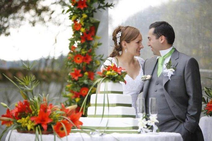 Los novios antes de partir el ponqué de boda. Foto: Artevisión Wedding Photography