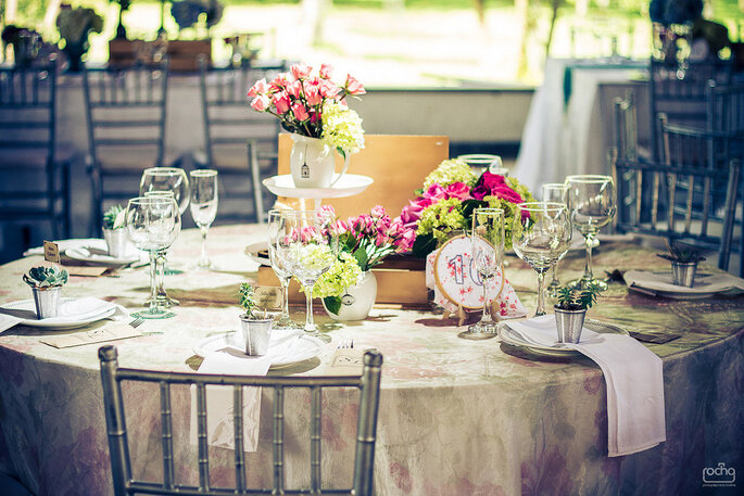 Centros demesa con flores en tonos suaves y detalles delicados. Foto: Rocha Fotografía – Decoración: Casa Grimaldi