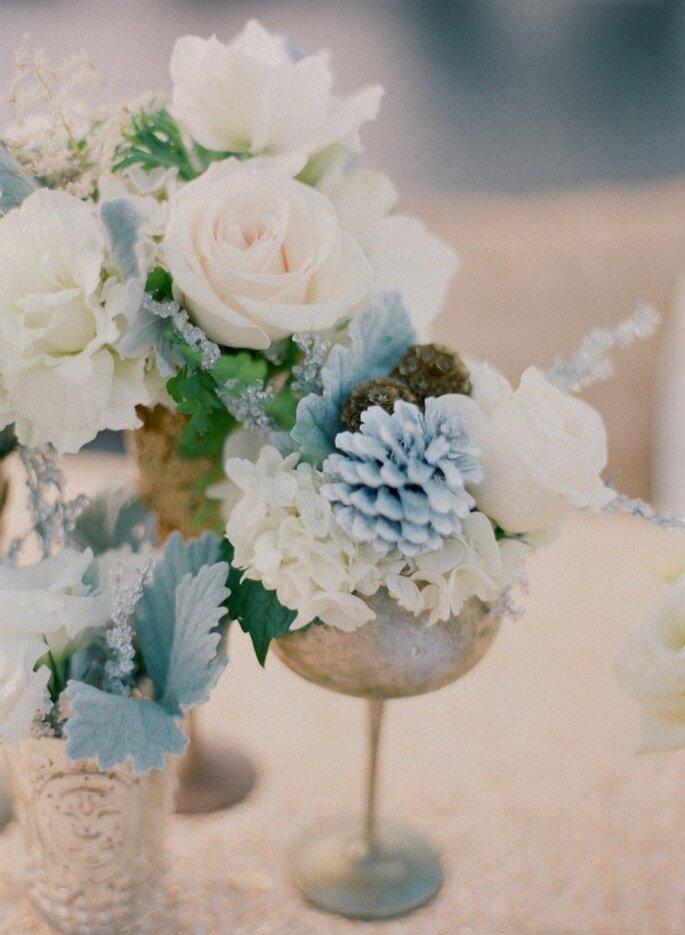 Azul polveado en los centros de mesa de tu boda - Foto Esther Sun Photography