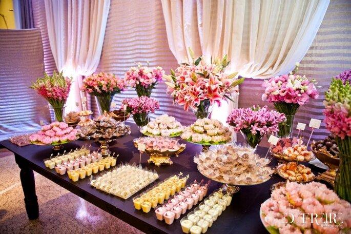 Una mesa de dulces puede consistir en arreglos florales y objetos decorativos. Foto: Edu Freire