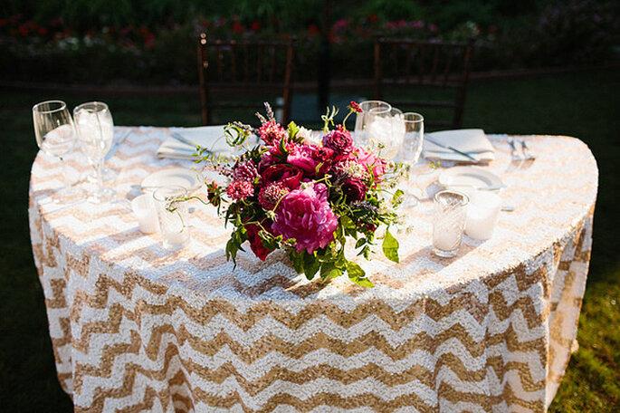 El chevron llega para vestir de gala las mesas de tu boda. Foto: Harmony Loves