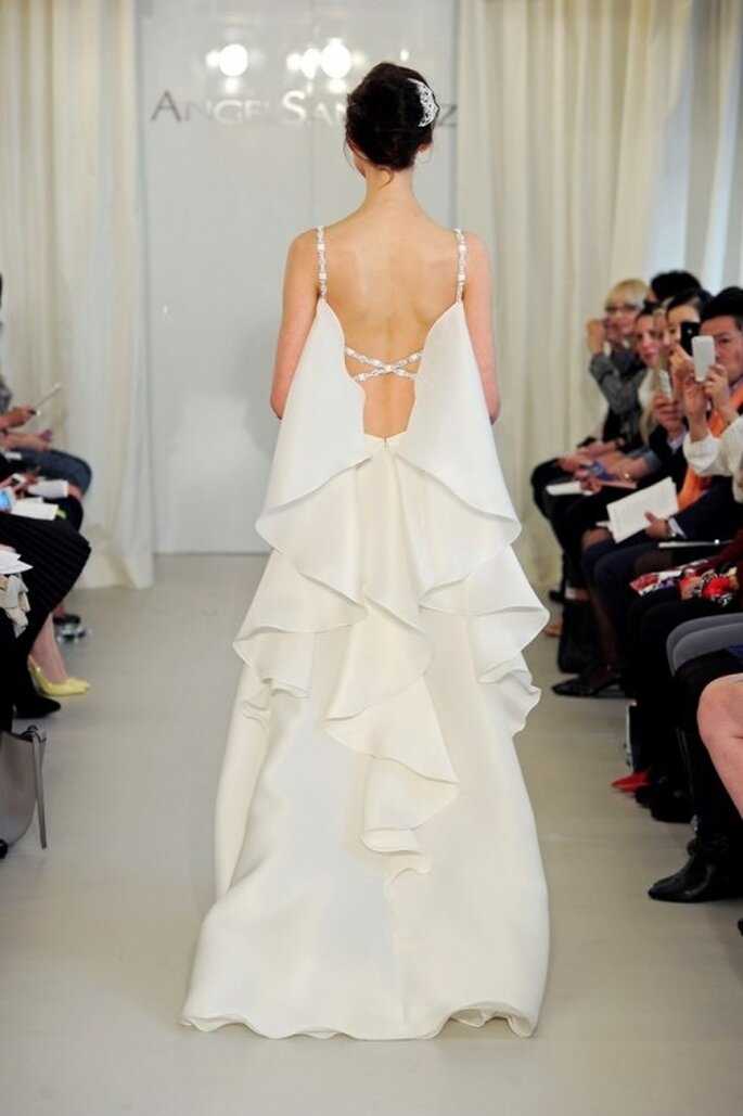 Vestido de novia 2014 en color blanco con escote profundo en la espalda y capeado estilo cascada - Foto Ángel Sánchez