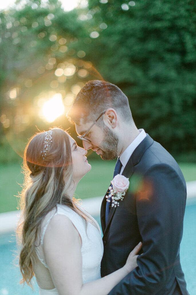 Romantique photo d'un couple de mariés avec en arrière-plan un coucher du soleil.