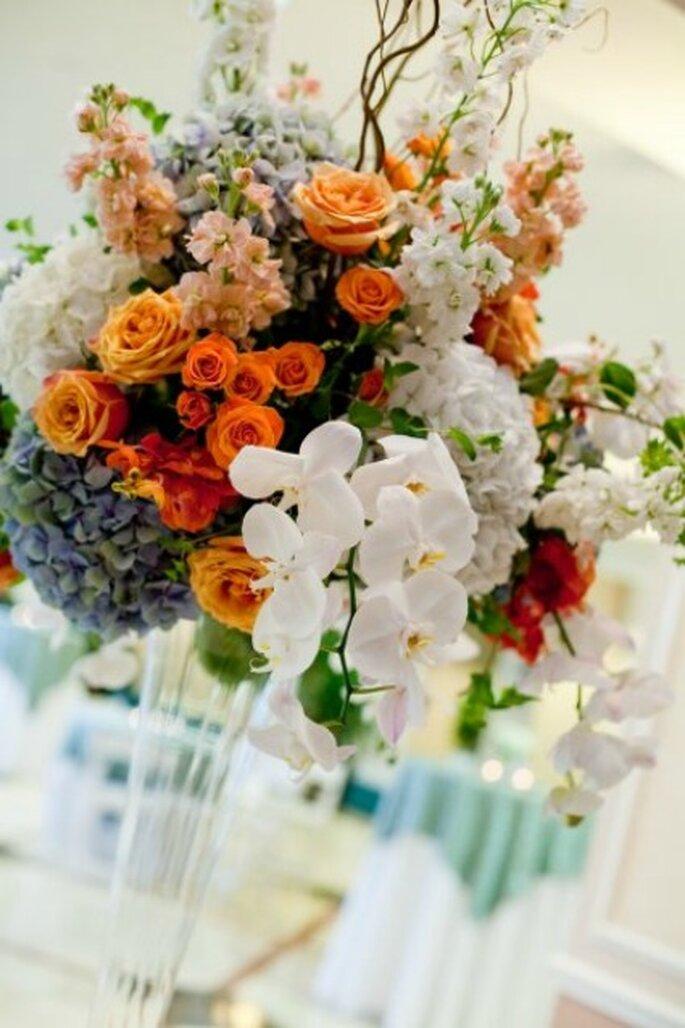 Bouquet de fleurs en décoration de table - Réalisation Fleurs-a-l-unite.com