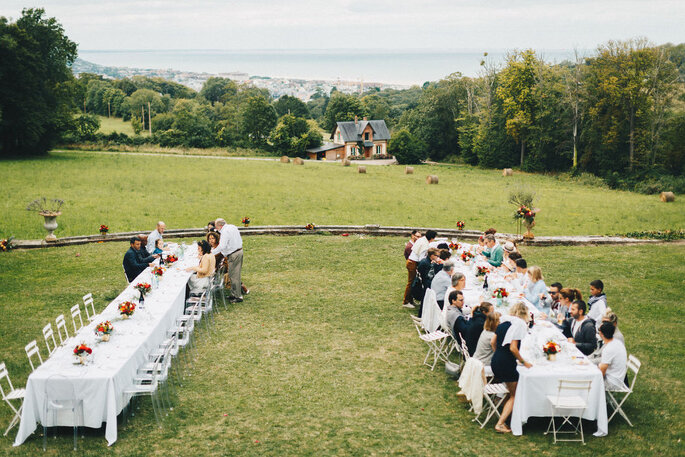 Délices Éphémères - Tables dressées dans un champ pour un banquet en plein air