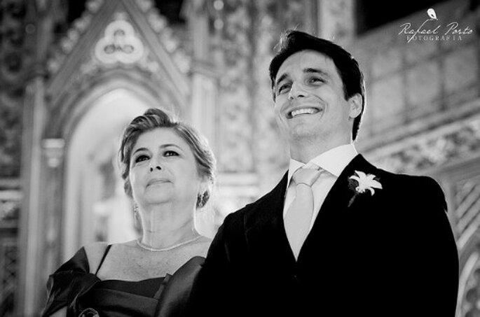 El novio y su madre en el altar. Foto de Rafael Porto