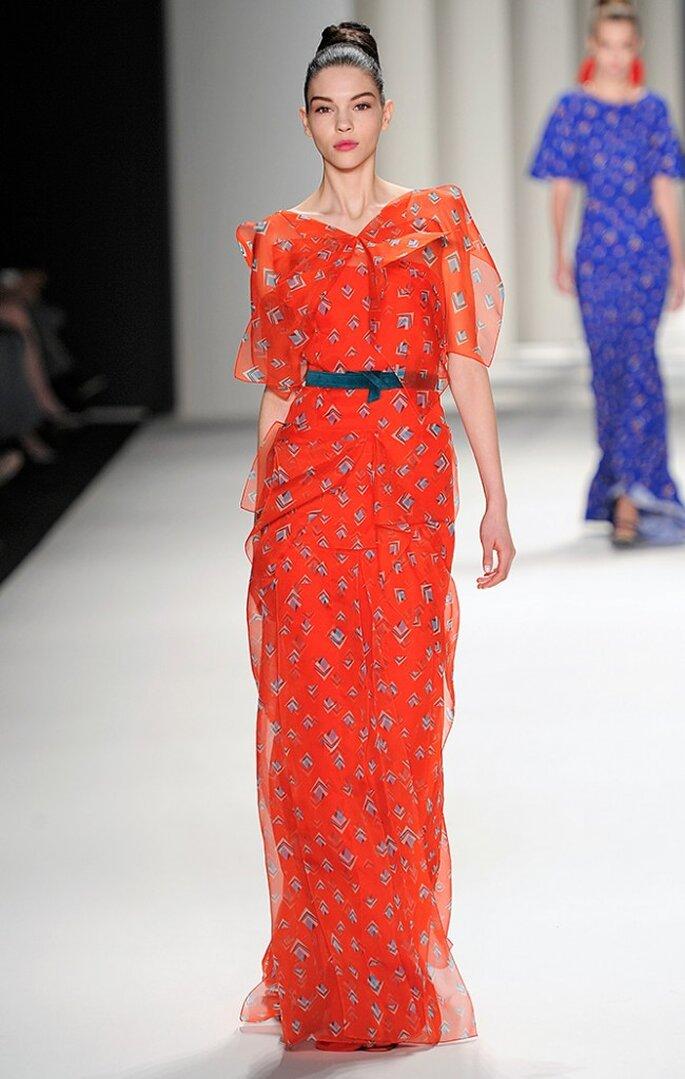 Vestido largo de organza de seda con estampado de rombos y cinturón de terciopelo. Foto: www.carolinaherrera.com