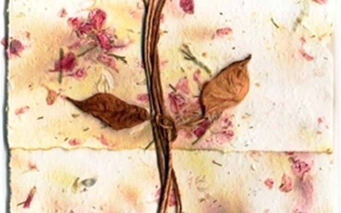 Una invitación con papel reciclado y flores secas
