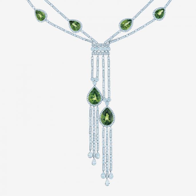 Collar extra largo de diamantes con piedras preciosas en color verde esmeralda - Foto Tiffany & Co