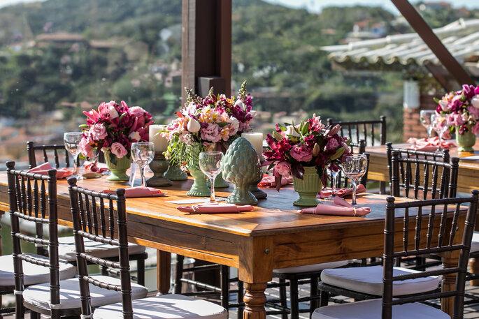 Mesa de casamento em tons de rosa e verde